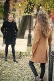 De vrouw wacht haar vriend in comfortabel park stock afbeelding