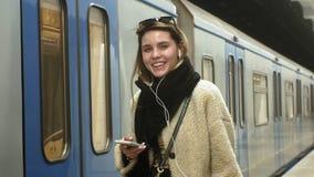 de vrouw wacht op een trein in de metro stock footage