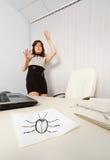 De vrouw was bang gemaakte getrokken kakkerlak Royalty-vrije Stock Afbeeldingen