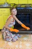 De vrouw wast een oven stock foto