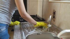 De vrouw wast schotels stock videobeelden