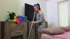 De vrouw wast vloer stock video