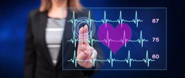 De vrouw wat betreft een hart slaat grafiekconcept stock foto