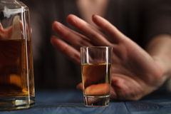 De vrouw weigerde een glas whisky royalty-vrije stock afbeeldingen