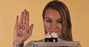 De vrouw weigert om cake te eten stock videobeelden