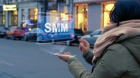 De vrouw werkt HUD-hologram SMM op elkaar in stock videobeelden