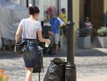 De vrouw werpt een plastic kop stock afbeeldingen