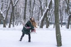 De vrouw wierp enkel een sneeuwbal royalty-vrije stock foto