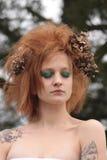 De vrouw withRed Oranje Geplaagd Haar met Dode Bloemen Royalty-vrije Stock Afbeelding
