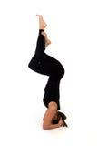 De vrouw in yoga stelt op wit royalty-vrije stock afbeeldingen