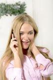 De vrouw zegt telefoon Stock Foto's