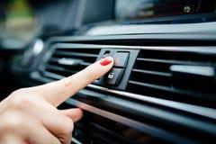 De vrouw zet de noodsituatielichten in de auto aan royalty-vrije stock afbeelding