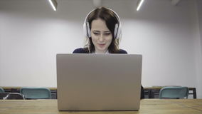 De vrouw zet op hoofdtelefoons stock footage