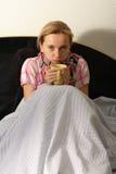 De vrouw is ziek met een griep Royalty-vrije Stock Afbeelding