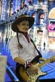 De vrouw zingt en speelt elektrische gitaar Royalty-vrije Stock Foto