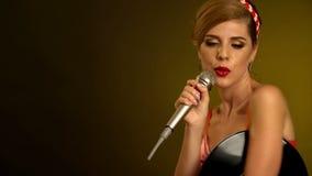 De vrouw zingt microfoonkaraoke Retro vrouw met muziek vinylverslag stock videobeelden