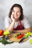 De vrouw zit bij de lijst in de keuken stock afbeeldingen