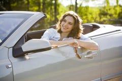 De vrouw zit in een auto Stock Afbeelding