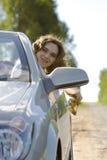 De vrouw zit in een auto Royalty-vrije Stock Foto