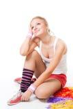 De vrouw zit en droomt over het presteren stock foto