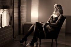 Vrouw en open haard Royalty-vrije Stock Foto
