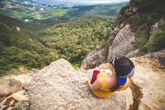 De vrouw zit op een rots royalty-vrije stock afbeeldingen
