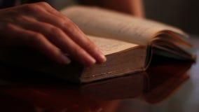 De vrouw zoekt een Oud Boek stock videobeelden