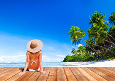 De vrouw zonnebaadt Sunny Summer Beach Relaxing Concept royalty-vrije stock foto's