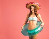De vrouw in zwempak geniet strand van seizoen, vakantie Stock Afbeeldingen