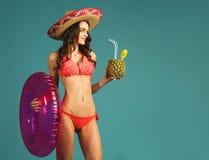 De vrouw in zwempak geniet strand van seizoen, vakantie Royalty-vrije Stock Foto