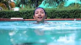 De vrouw zwemt in het zwembad stock videobeelden