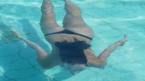 De vrouw zwemt onderwater Royalty-vrije Stock Afbeeldingen