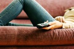 De vrouwelijke afstandsbediening van de handholding stock foto's