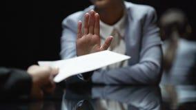 De vrouwelijke ambtenaar weigert om steekpenning, anti-corruptiewetten in actie te nemen, omhoog sluiten stock video