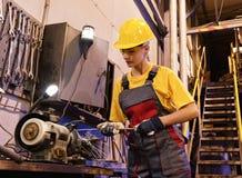 De vrouwelijke arbeider van de fabriek Stock Foto's