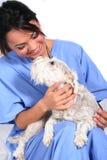 De vrouwelijke Arbeider van de Gezondheidszorg met Hond Stock Foto
