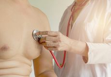 De vrouwelijke arts die stethoscoop voor controle met behulp van en luistert aan hart royalty-vrije stock foto's