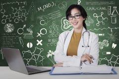 De vrouwelijke arts kijkt zeker in het laboratorium royalty-vrije stock fotografie