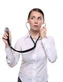 De vrouwelijke arts luistert met een stethoscoop Stock Foto