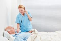 De vrouwelijke arts met stethoscoop onderzoekt patiënt royalty-vrije stock afbeelding