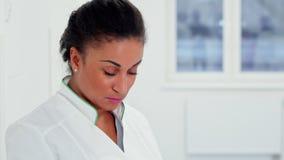 De vrouwelijke arts stelt bij het ziekenhuis stock video