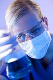 De vrouwelijke Arts van de Wetenschapper met Fles in Laboratorium Royalty-vrije Stock Foto