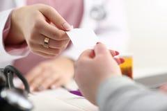 De vrouwelijke artsenhand geeft witte spatie stock fotografie