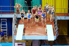 De vrouwelijke atleten presteren syncronized sprong Stock Fotografie