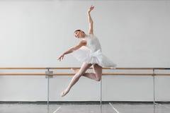 De vrouwelijke balletdanser houdt het rek in klasse royalty-vrije stock afbeeldingen