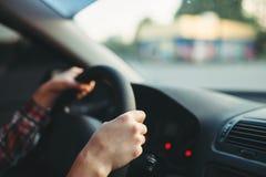 De vrouwelijke beginner van de autobestuurder klampte zich aan het wiel vast stock afbeelding