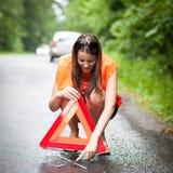 De vrouwelijke bestuurder na haar auto heeft opgesplitst Stock Foto's