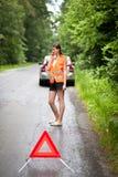 De vrouwelijke bestuurder na haar auto heeft opgesplitst Royalty-vrije Stock Afbeelding