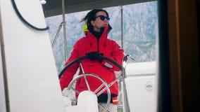 De vrouwelijke bestuurder van een boot kijkt rond stock video