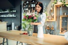 De vrouwelijke bloemist selecteert bloemen voor het maken van boeket royalty-vrije stock foto